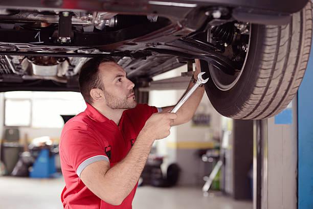 Mécanicien avec outil de recherche de la voiture - Photo