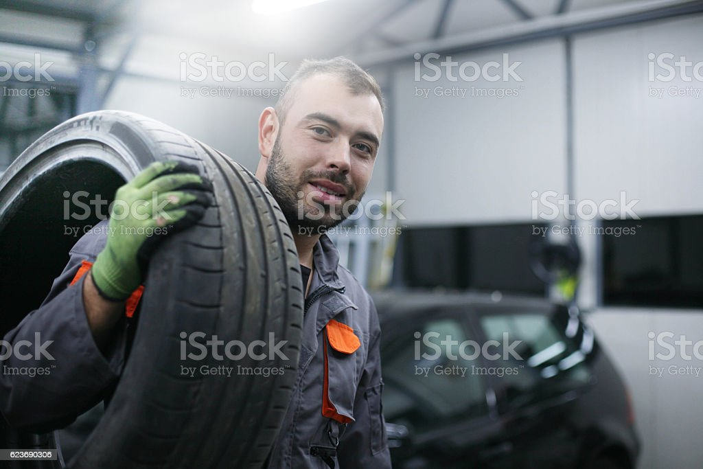 Mechanic working in auto repair shop.​​​ foto