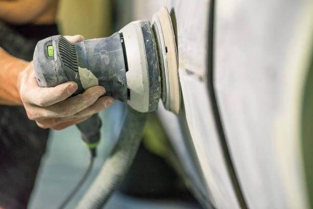 mechaniker in der autowerkstatt arbeiten. - schmirgelmaschine stock-fotos und bilder