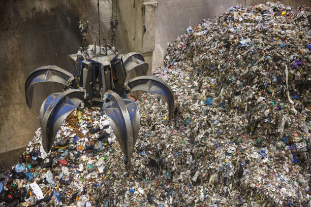 Mechanical claw hand grabbing pile of mixed waste – Foto