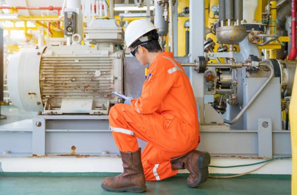 機械工程師在海上油氣中央加工平臺、油氣勘探和生產服務行業檢查電機和離心泵系統。 - 電子摩打 個照片及圖片檔