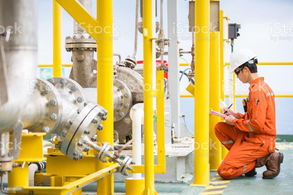 Ingeniero mecánico inspector inspección crudo bomba de tipo centrífugo en la plataforma de procesamiento central offshore de petróleo y gas, mantenimiento y servicio de empleo de especialista. - foto de stock