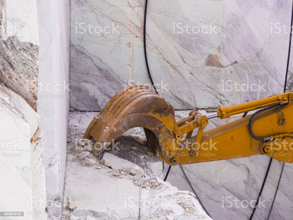 Mechanical shovel in action for marble extraction - foto stock