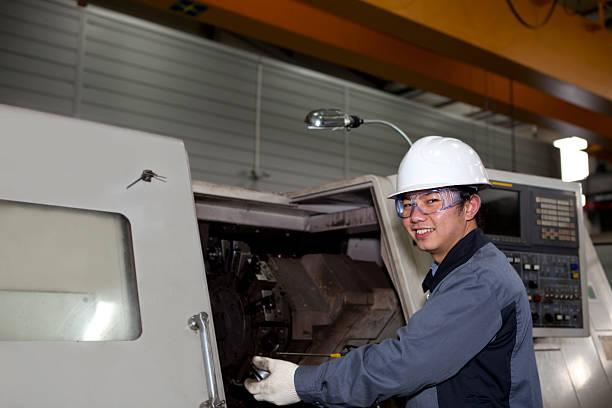 Maschinentechniker von cnc machine – Foto