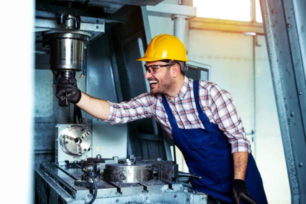 mechanische technicus werknemer van cnc frezen cutting machine center op tool workshop manufacturing - cnc machine stockfoto's en -beelden