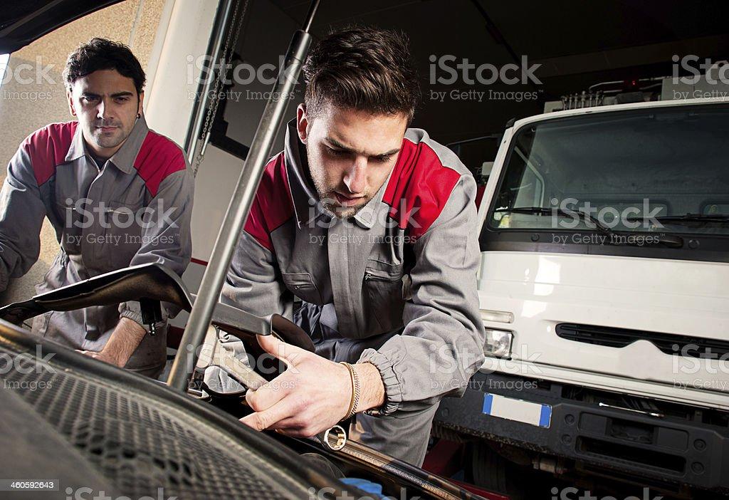 Mechanik bei der Arbeit. – Foto
