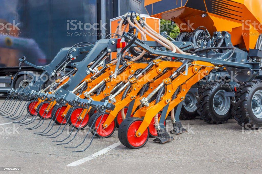 Mecanismos para o trator são usados para cultivar a terra e plantar as sementes. Mecanização da agricultura. - foto de acervo