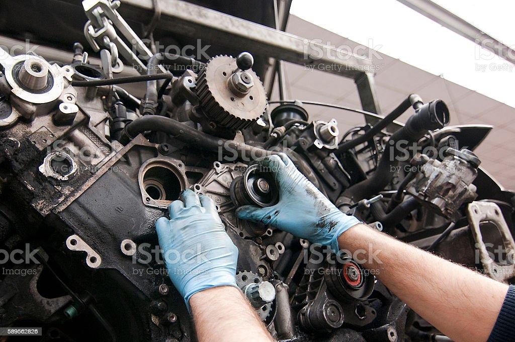 Mecánico de coches trabajando / reparando el motor stock photo