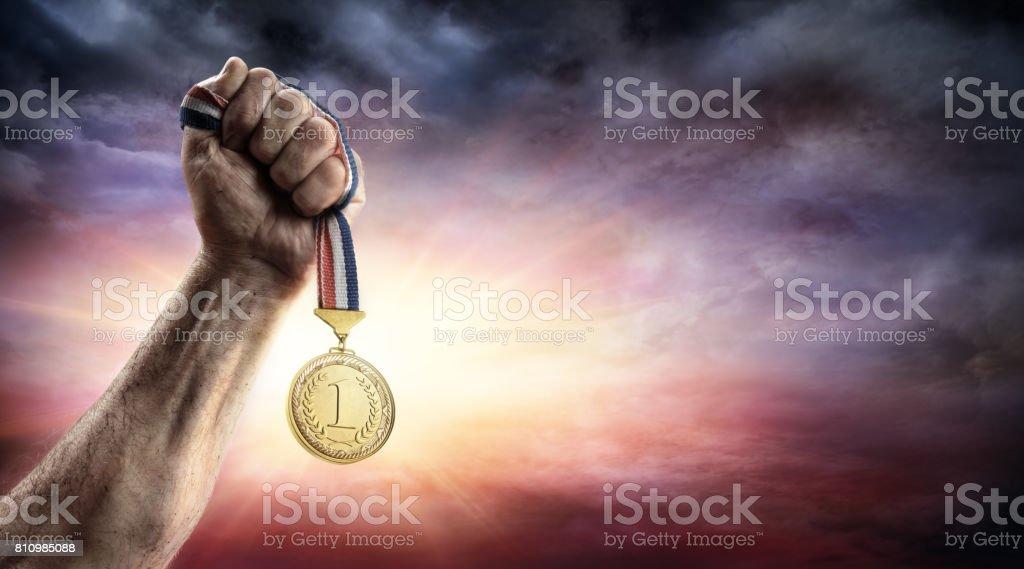 Medaille der erste Platz In der Hand - Sieg Konzept - Medaille 3D-Rendering – Foto