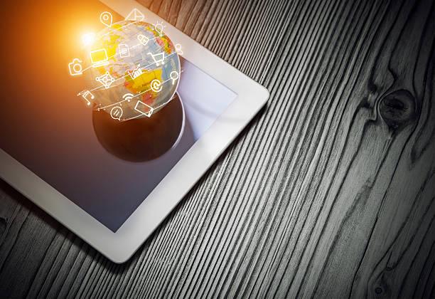 media-app Symbole fliegen um die Welt auf ein Tablet Computer – Foto