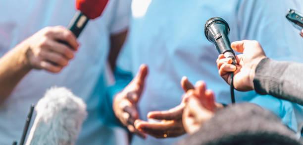 Medien-Event im Freien. Journalisten interviewen männlichen Sprecher – Foto