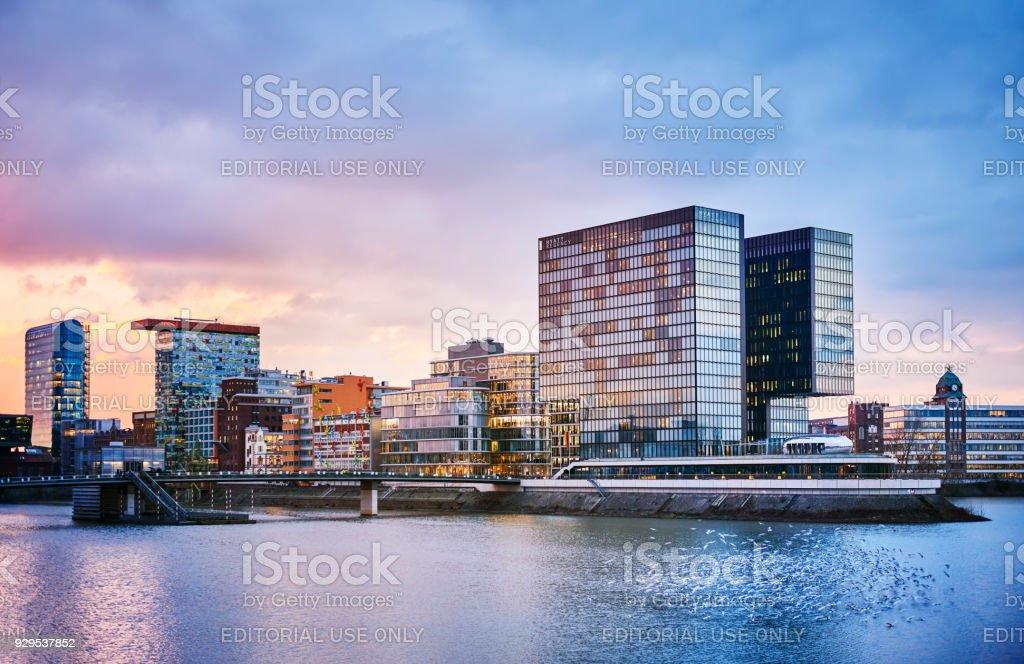 Medien Hafen Düsseldorf in der Abenddämmerung – Foto