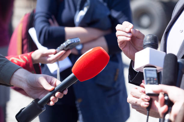 Entrevista de mídia. Jornalismo da transmissão. Conferência de imprensa. Microfones. - foto de acervo