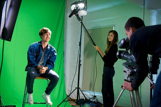 media-student in einem interview - jugendfilm stock-fotos und bilder