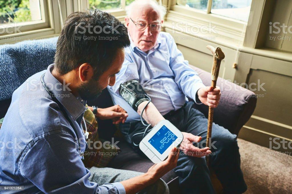 Medic Messung des Drucks von einem älteren Mann – Foto