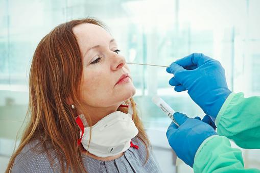 Medic Die Steekproef Voor Coronavirus Het Testen Neemt Stockfoto en meer beelden van Alleen volwassenen