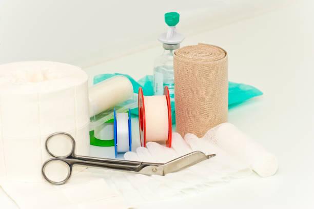 medicinsk bandage och sax - sjukvårdsrelaterat material bildbanksfoton och bilder