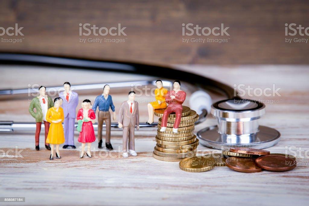 Medizinische Versorgung und Ausgaben, Krankenversicherung. Bunte menschliche Miniaturen - Lizenzfrei Abstrakt Stock-Foto