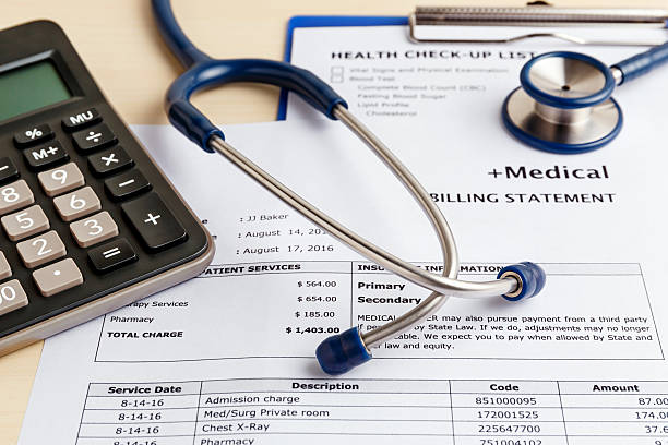 medical cost concept with calculator - facture photos et images de collection