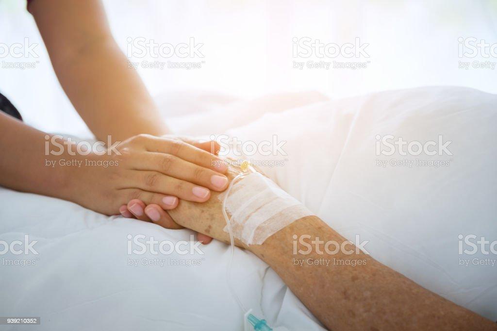 Hände und tröstet sie, von Menschenhand berührt senior Frau in Klinik, Arzt durchlöchern senior des Patienten kümmern sich um das ältere Konzept – Foto