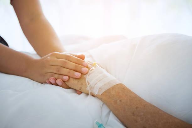 hände und tröstet sie, von menschenhand berührt senior frau in klinik, arzt durchlöchern senior des patienten kümmern sich um das ältere konzept - hospiz stock-fotos und bilder