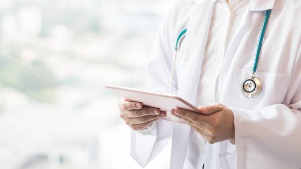의료 의사 또는 의사 지주 모바일 태블릿 전문 온라인 및 긴급 의료 지원 서비스 개념에 대 한 병원 또는 병원에 환자의 건강 기록에 대 한 - 처방전 문서 뉴스 사진 이미지