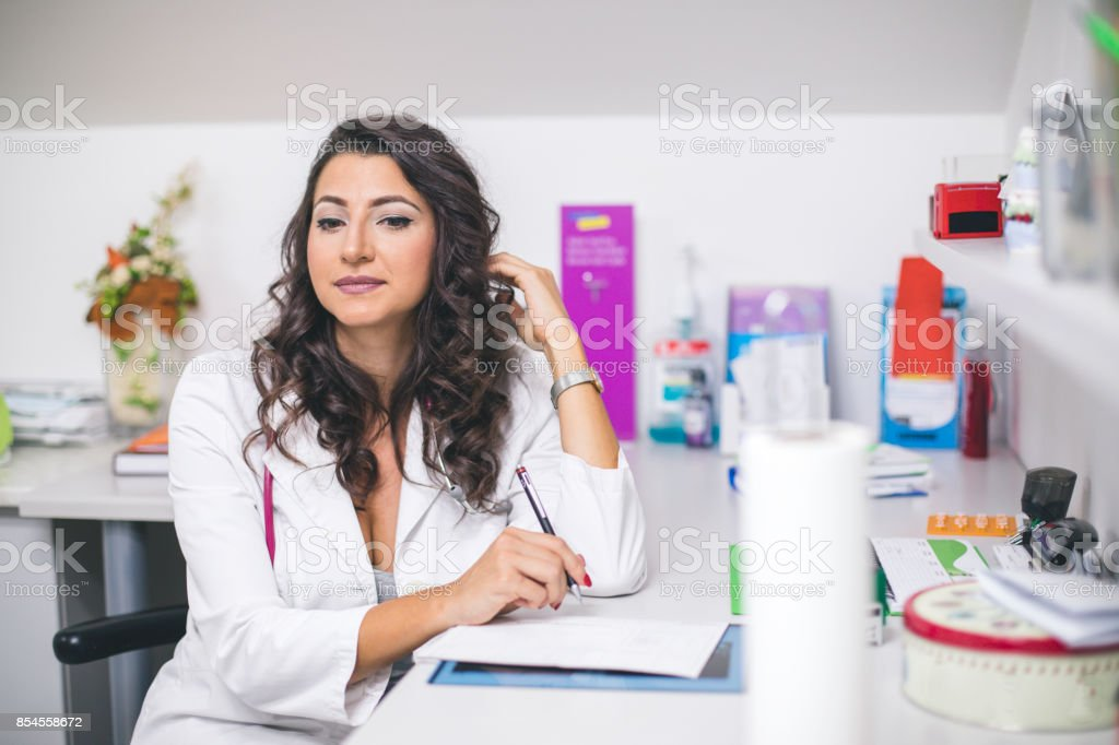 Médico mulher no escritório - foto de acervo