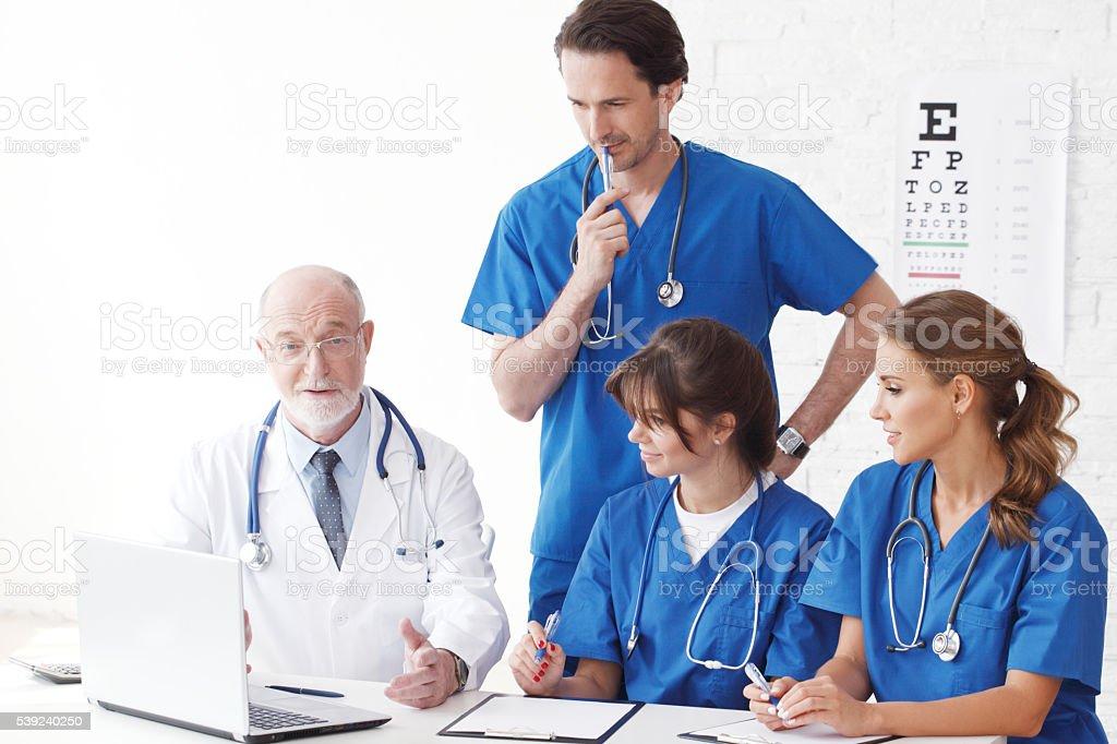 Médicos equipo utilizando ordenador foto de stock libre de derechos