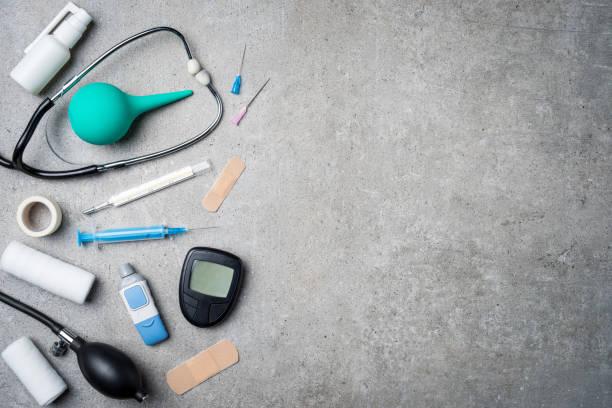 medicinsk utrustning på grå sten bakgrund. - sjukvårdsrelaterat material bildbanksfoton och bilder
