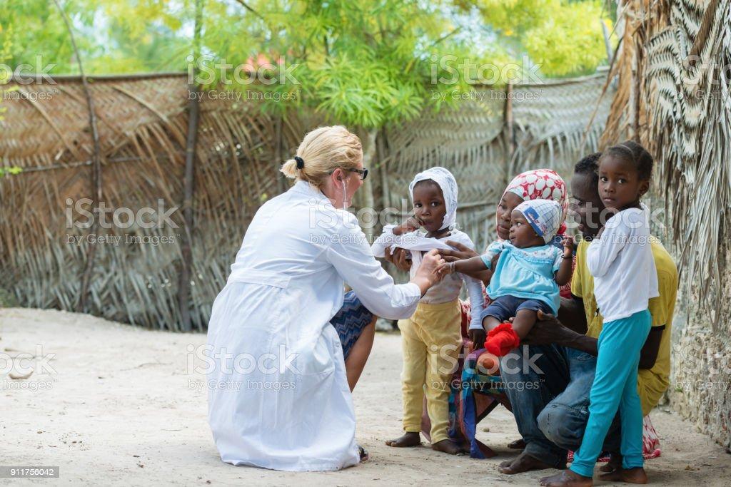 Examen médico de la familia Africana - foto de stock