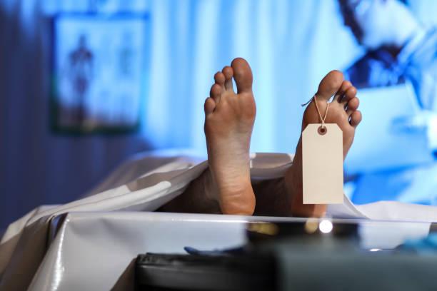 Vertrauensarzt mit Leiche im Leichenschauhaus. – Foto