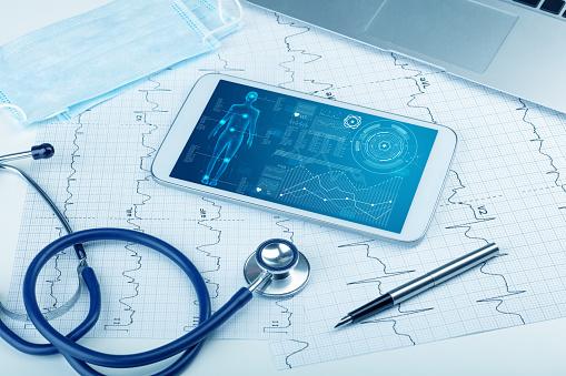 Medical Full Body Screening Software On Tablet — стоковые фотографии и другие картинки Болезнь