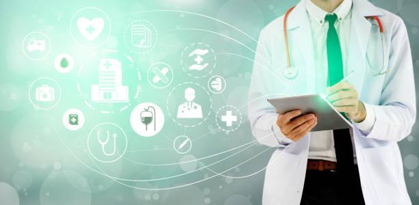 Medizinisches Gesundheitskonzept-Arzt im Krankenhaus mit digitalen medizinischen Ikonen Grafikbanner zeigt Symbol der Medizin, medizinische Versorgung Menschen, Notfall-Service-Netzwerk, Arztdaten der Patientengesundheit. – Foto