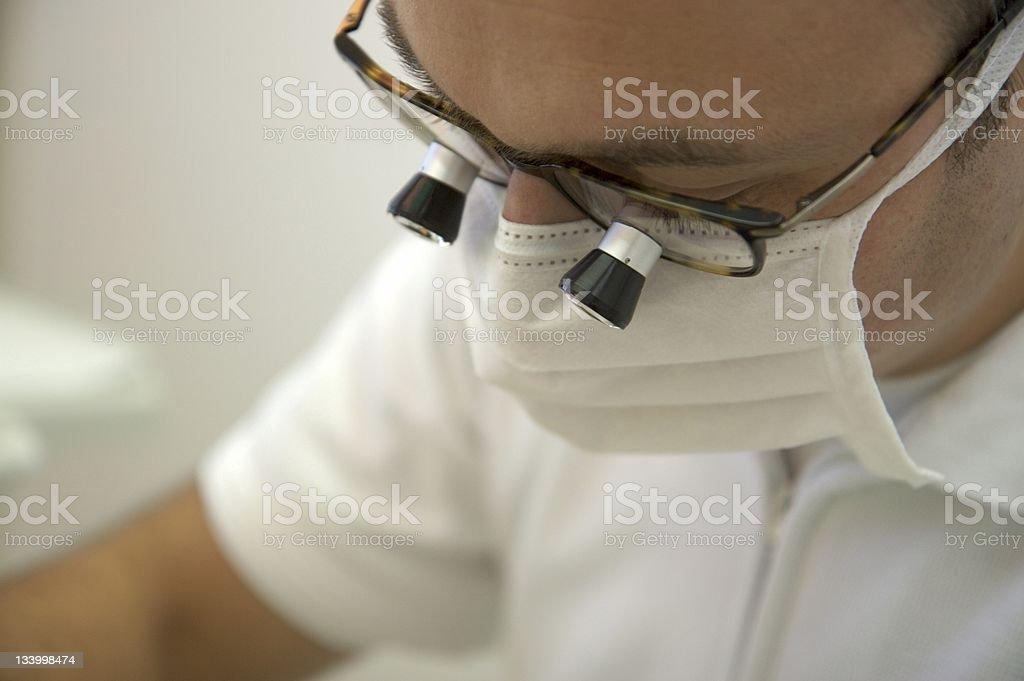 Zahnarzt Blick durch die Lupe Brille Lizenzfreies stock-foto