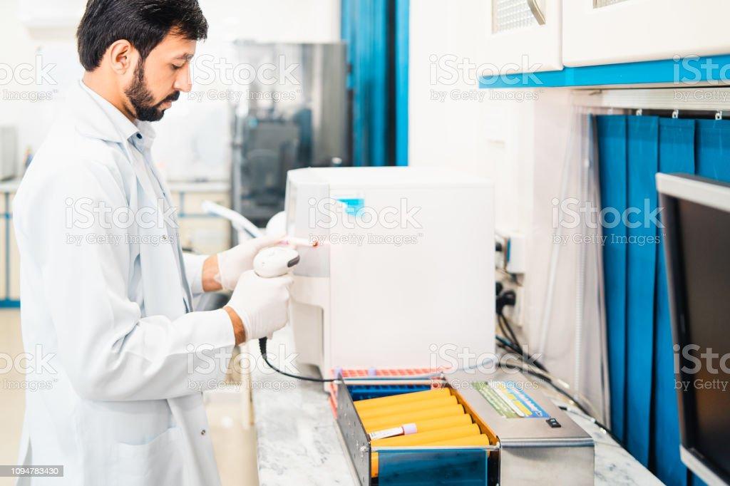 Personal del laboratorio médico en el trabajo. - foto de stock