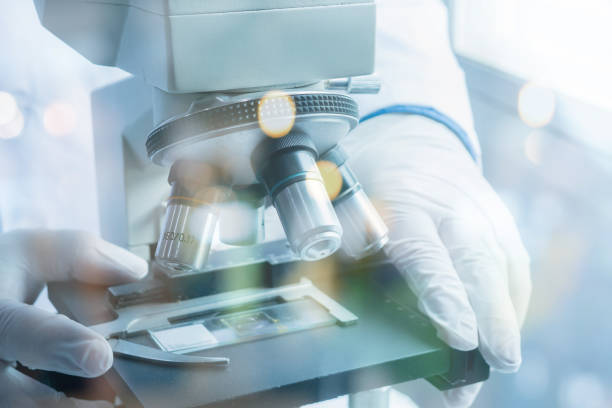 Medizinisches Labor Prüflinge Wissenschaftler Hände Mikroskop für Chemie, Biologie, Prüfung, Flüssigkeit, Arzt Ausrüstung, wissenschaftliche und medizinische Forschung background.vintage Farbe – Foto