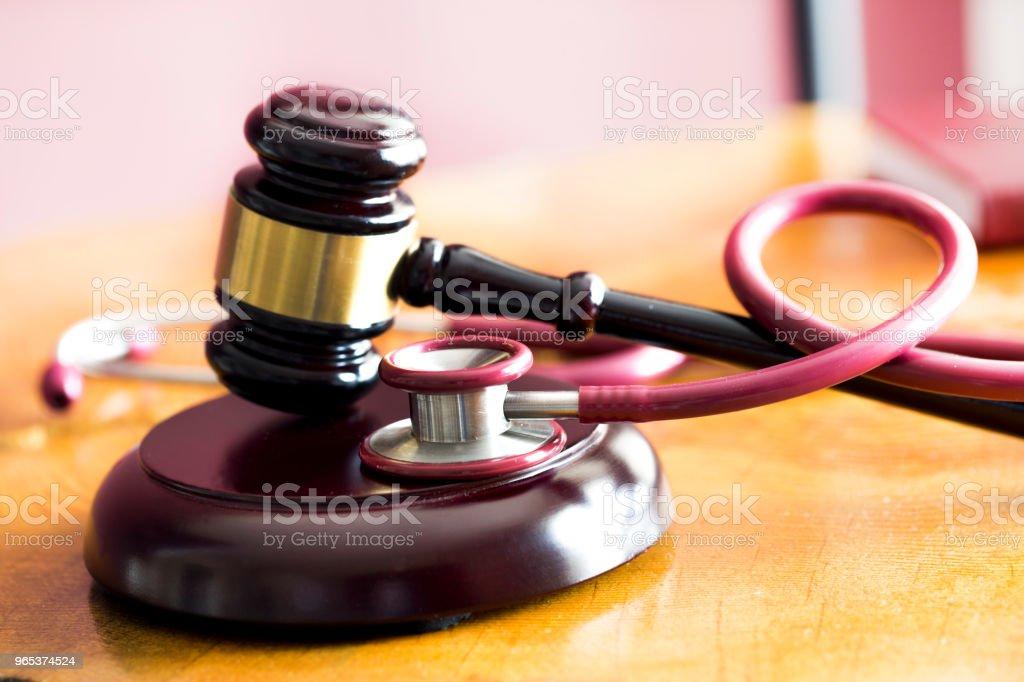 醫療法概念。木制桌上的槌和聽診器 - 免版稅健保和醫療圖庫照片