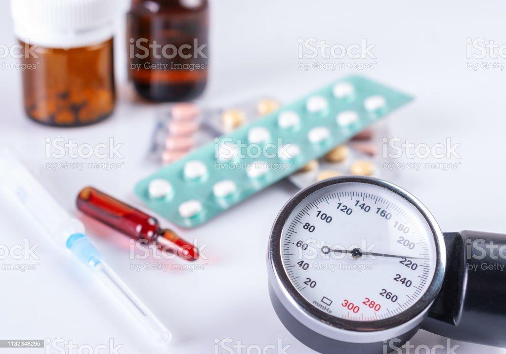 Manómetro e comprimidos médicos no empacotamento - foto de acervo
