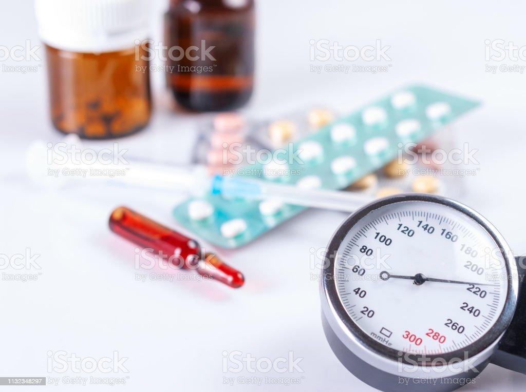 Manómetro médico, seringa, ampolas e tabuletas. - foto de acervo