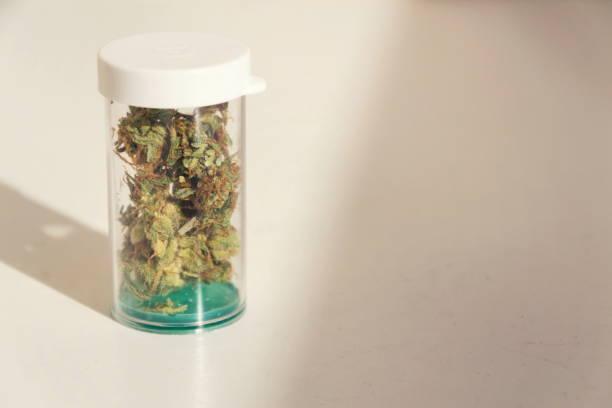 Medizinische Marihuana, Rezept Cannabis in Kunststoff-Flasche, Nahaufnahme, isoliert auf weißem Hintergrund – Foto