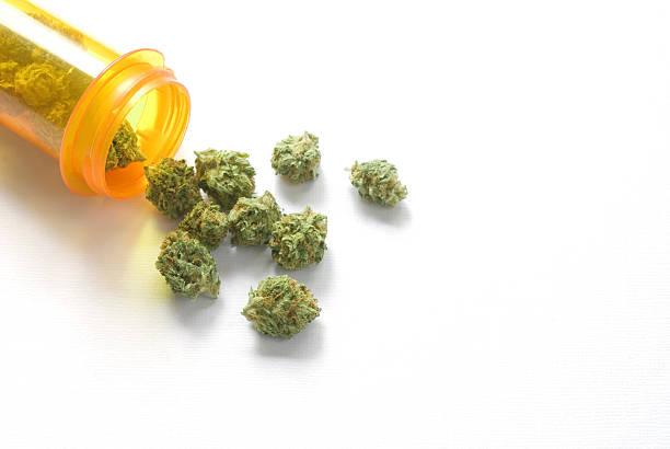 marihuana z butelki medycznych leki na receptę - pączek etap rozwoju rośliny zdjęcia i obrazy z banku zdjęć