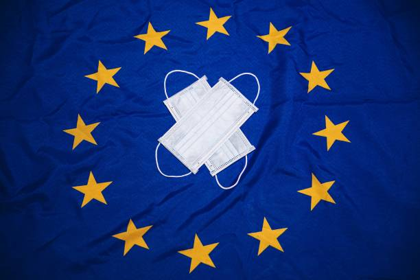 Medizinische Maske auf der Flagge der Europäischen Union. – Foto
