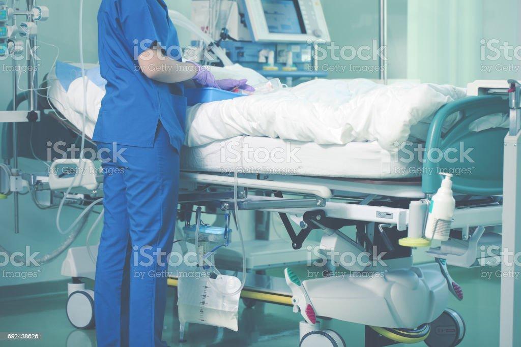 Krankenschwester kümmert sich um Patienten – Foto
