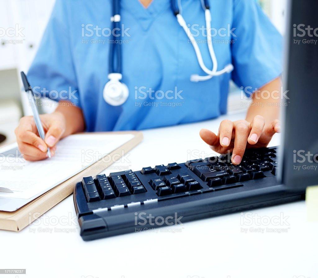 Arzt Krankenschwester tippen auf ihrem Schreibtisch – Foto
