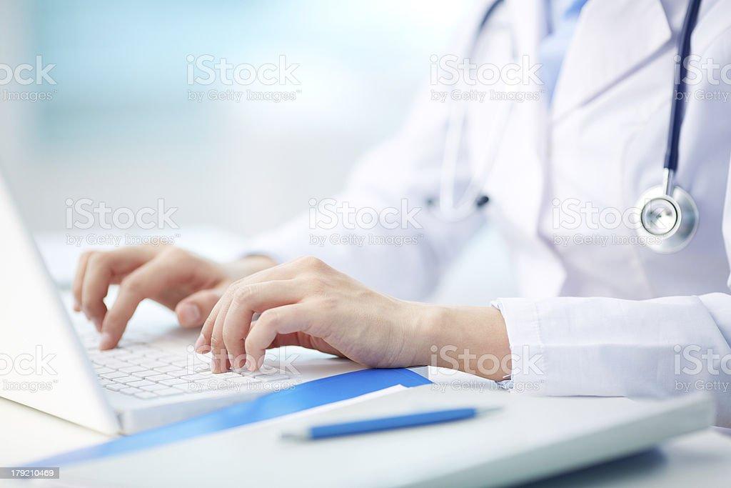 Medizinische person Tippen – Foto