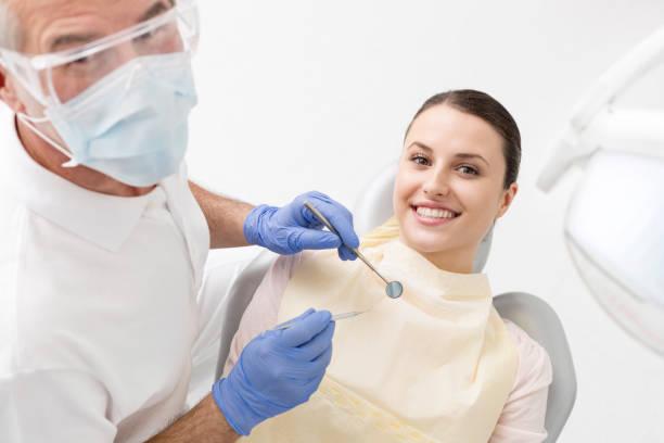 Medizinische Mitarbeiter (Ärzte, Krankenschwestern und Zahnärzte) bei verschiedenen Eingriffen mit Patienten. – Foto