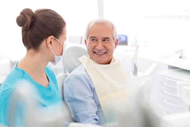 medicinsk personal (läkare, sjuk sköterskor och tandläkare) vid olika ingrepp med patienter. - two dentists talking bildbanksfoton och bilder