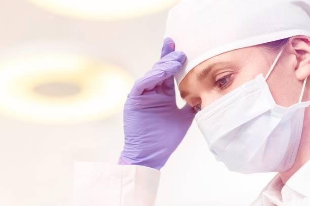 Personal médico (médicos, enfermeras y dentistas) durante diferentes procedimientos con pacientes. - foto de stock