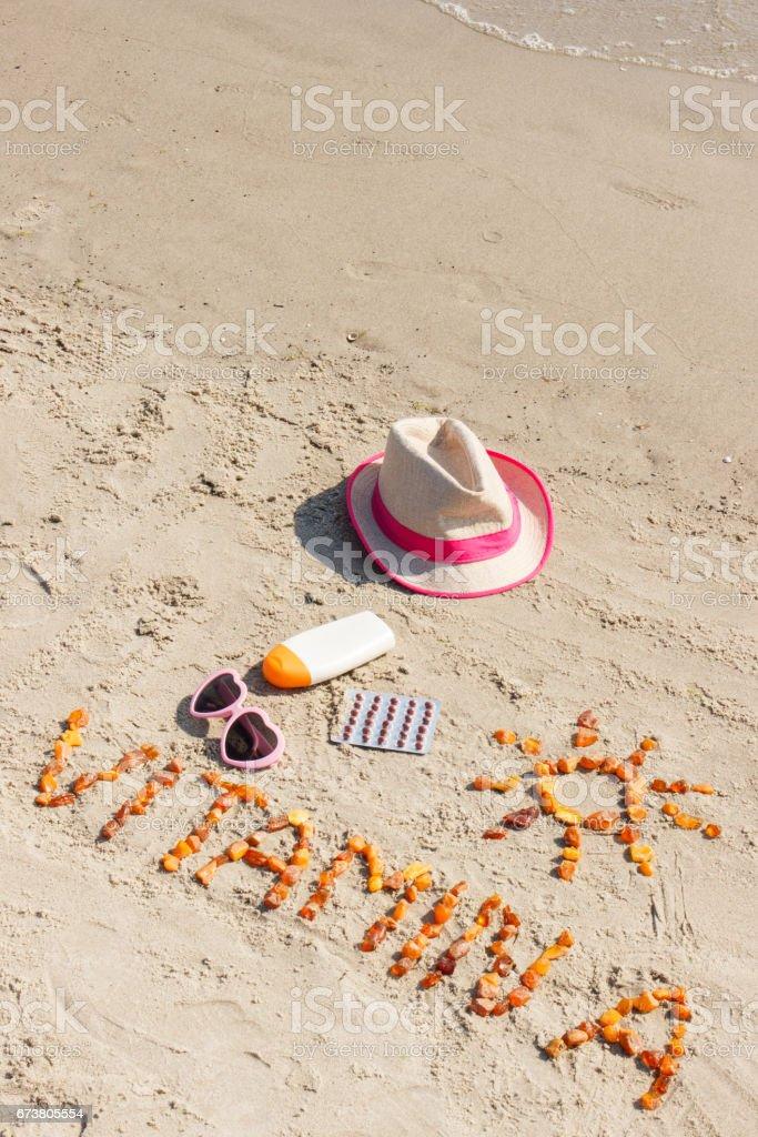 Pilules médicales, inscription vitamine A et accessoires pour vous faire bronzer sur le sable sur la plage, en bonne santé, bronzage superbe et durable photo libre de droits