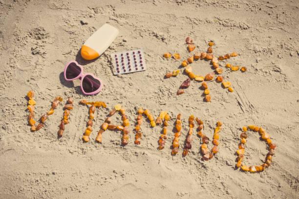 tıbbi hapları, yazıt vitamin d ve güneşlenme, d vitamini eksikliğinin önlenmesi kavramını için aksesuarlar - vitamin d stok fotoğraflar ve resimler